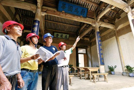 施工人员现场研讨修复方案。