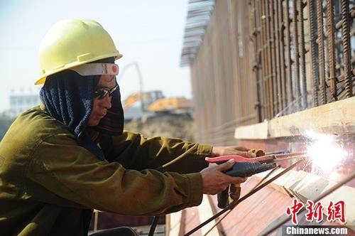 位于安徽合肥平塘王村辖区的合肥市贯通新老城区的重点工程现场,农民工在烈日下劳作。 中新社记者 张娅子 摄