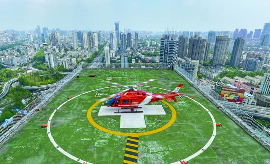 ▲救援直升机降落在安医大一附院专用停机坪。