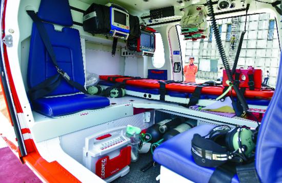 ◆机上搭载有医疗抢救设备。本报记者程兆摄