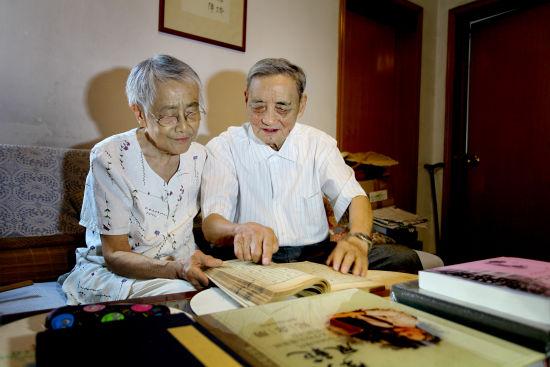 程道德与爱人汤蕉媛在鉴赏文化藏品
