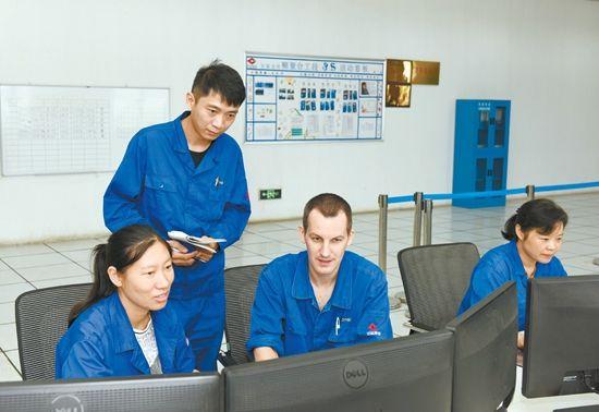 8月15日,让・鲁科勒尔在观察和分析相关生产数据。通讯员李军摄