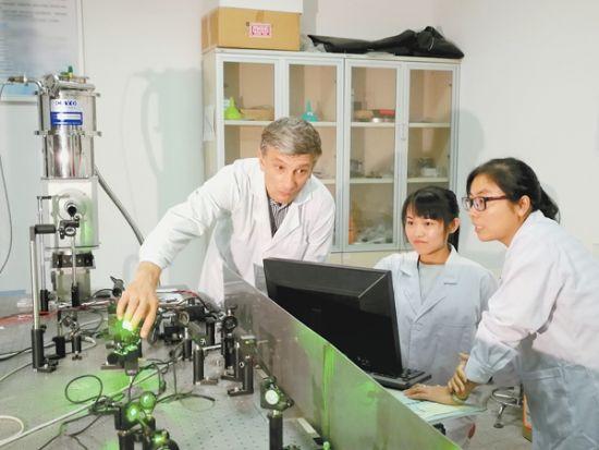 8月16日,中科院合肥物质科学研究院固体物理研究所实验室内,尤金・格列戈良茨研究员(左一)正在调试设备。记者 桂运安 摄