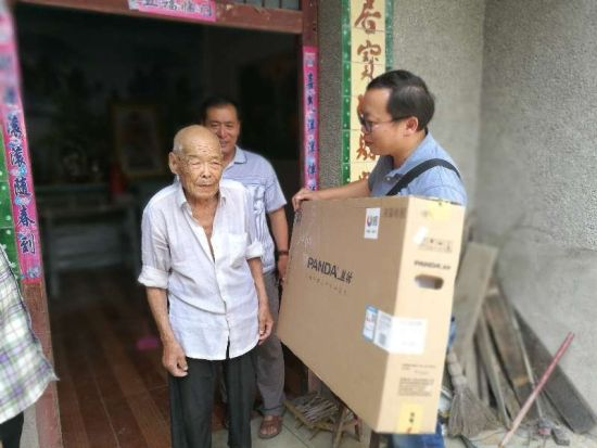 王宏坤一行为卞朝清老人送去液晶电视。