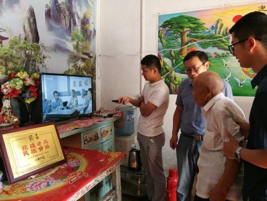 王宏坤一行来到卞朝清老人家中。