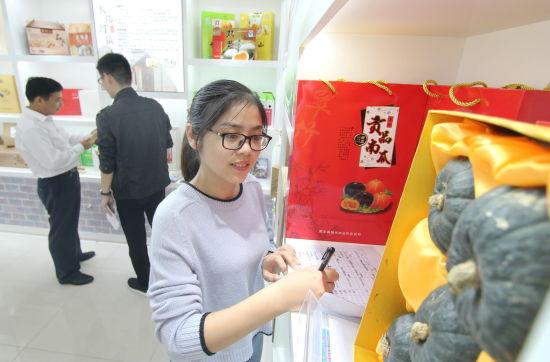 9月12日,在肥东县农产品特色馆里,周边居民慕名前来选购农产品。许庆勇 摄