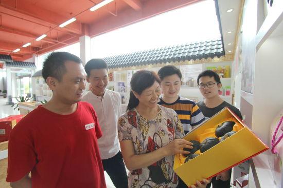 9月12日,在肥东县农产品特色馆里,工作人员正在向客户介绍当地的农产品。 许庆勇 摄