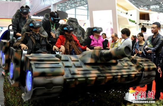上届合肥家博会上,参观者体验VR技术
