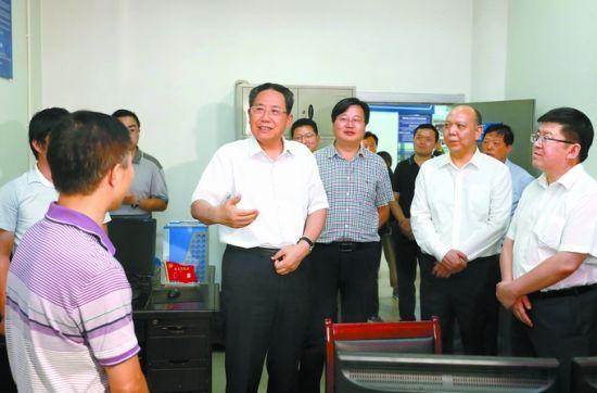 9月27日,省委书记李锦斌来到新国线黄山风景区游客集散中心,实地检查人员安检、运力调度、车辆管理、接待服务等情况。记者徐国康摄