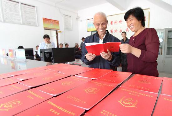 9月29日,在肥东县牌坊回族满族乡高塘社区,77岁的村民金宏成等3480位农民领到《村级股份经济合作社股权证》,从此当上股东,可以参与管理决策和收入分配,享受分红。