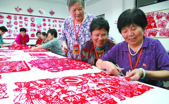 国庆节前夕,繁昌县老年大学举办剪纸非遗传承活动,20位70岁老党员创作出一幅幅剪纸作品,庆祝国庆节,喜迎十九大。通讯员杨华摄