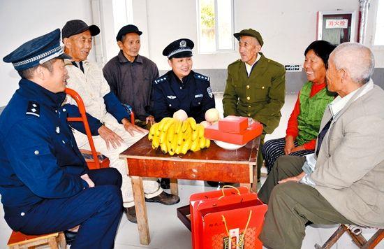 10月4日,中秋节,亳州市公安局民警到谯城区赵桥敬老院,送上月饼、水果等,向老人们致以节日祝福。通讯员 胡威 摄