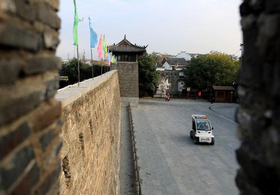 11月11日,一辆景区管理执法车从太平天国城楼前经过。