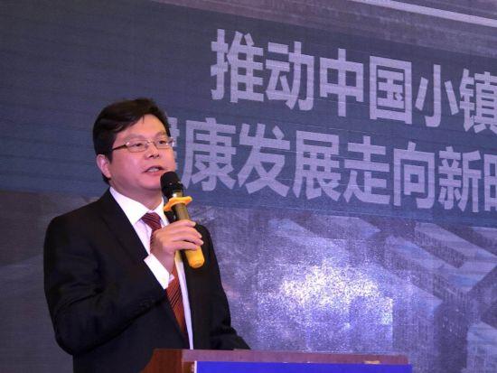 国家发改委城市和小城镇改革发展中心研究员冯奎在论坛上发言