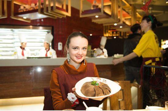 乌克兰美女中国吃火锅庆圣诞 秒变火锅控