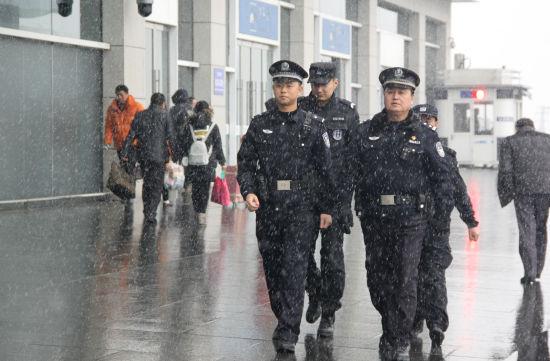 蚌埠南站派出所民警在雪中开展展区巡查