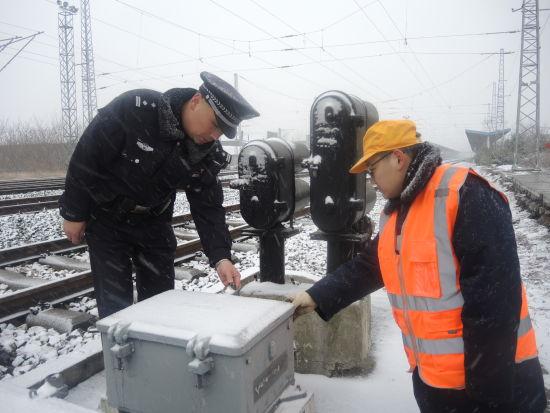 涡阳火车站派出所民警建设铁路设备