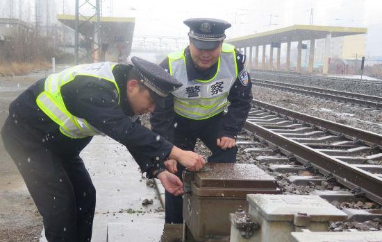 淮南火车站派出所民警检查线路设备设施