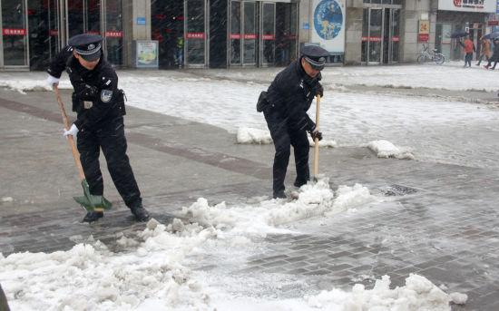 阜阳火车站派出所民警清理车站广场积雪