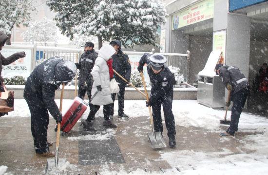 蚌埠铁路公安处淮北火车站派出所民警清理积雪
