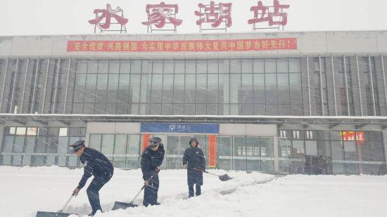 蚌埠铁路公安处水家湖火车站派出所民警为旅客开辟进站通道