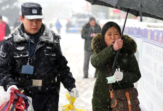 蚌埠铁路公安处宿州火车站派出所民警帮助旅客进站乘车