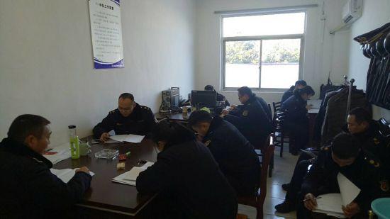 图为:该局以中队、科室部门为单位组织城管执法人员学习城市管理法律法规业务
