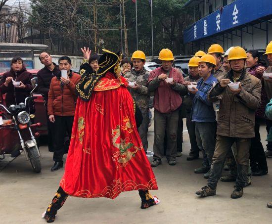 张东为农民工表演川剧变脸