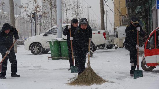 城管执法人员开展应急除雪,保障道路畅通