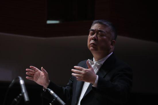 中国国家交响乐团首席客座指挥邵恩在现场指挥 郭春晖摄