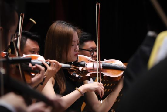 中国国家交响乐专场音乐会走进安徽黄山学院。 聂童摄