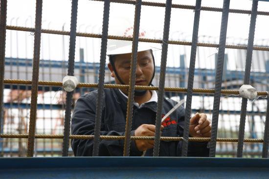 徐露平在国家重点工程商合杭铁路工地上劳动