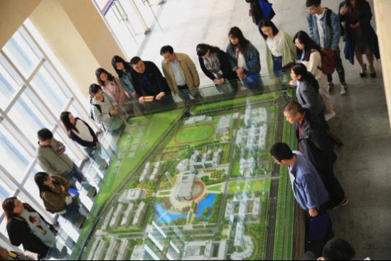 兴發娱乐电脑版登录职业技术学院向采访团介绍该校鼓山校区分布图