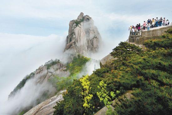 5月1日,天柱山从西关到东关云雾满山,来自河南、上海、江苏等地的游客踏雾登山,流连忘返。通讯员黄俊英摄