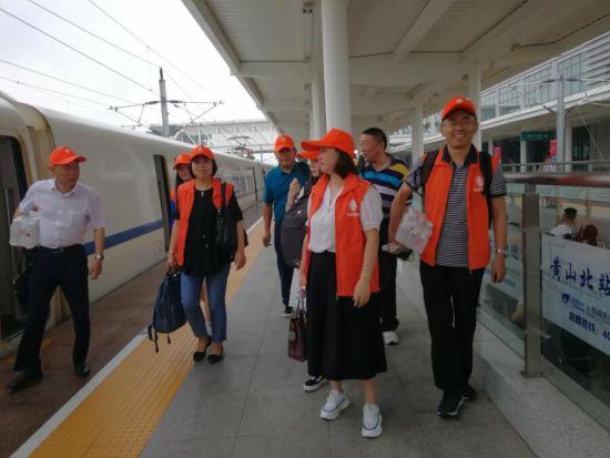 志愿者们自费从兴發娱乐电脑版登录坐动车到达黄山北站