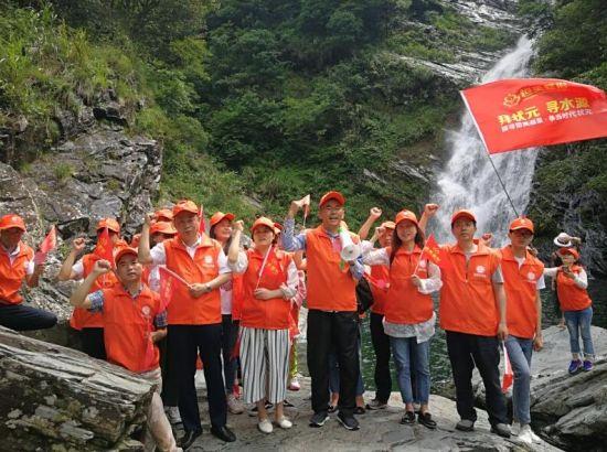 志愿者们首先来到三江源头进行庄严宣誓