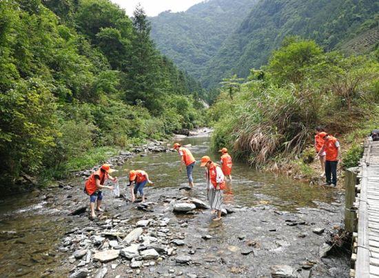 志愿者们在河边拾垃圾