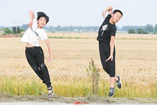5月27日,在淮上区曹老集镇周郢村,周俊(左)与周家旺在练习舞蹈。