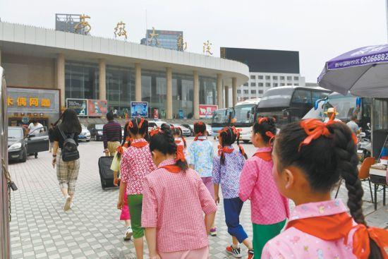 5月29日,装扮好的孩子们走向兴發娱乐大剧院。