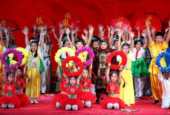 6月12日,安徽省全椒县第二实验小学学生在诵读表演《乐端午 吟古今》。