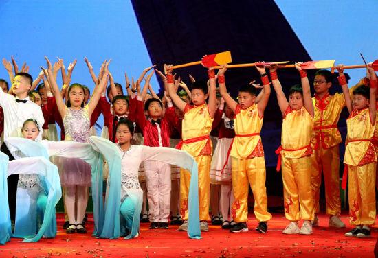 6月12日,安徽省全椒县富安小学学生在诵读表演《诗韵端午》。