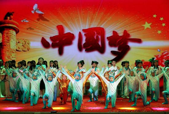 6月12日,安徽省全椒县江海小学学生在诵读表演《千载端午情 悠悠中国梦》。