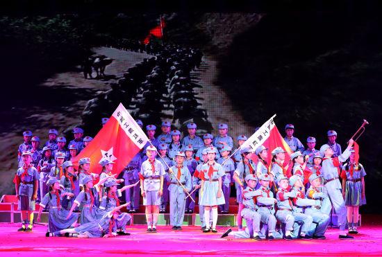 6月12日,安徽省全椒县十字小学学生在诵读《长征组诗》。 (1)