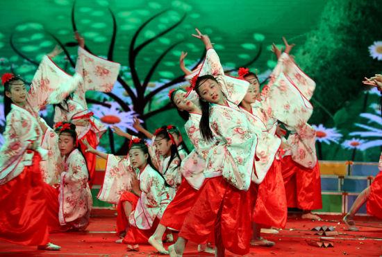 6月12日,安徽省全椒县章辉小学学生在诵读表演《圆梦》。