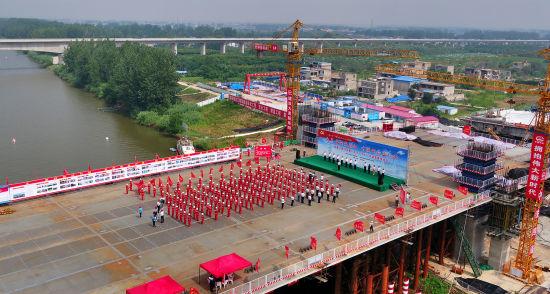 22日,中铁四局阜阳泉河桥施工现场开展党建活动。