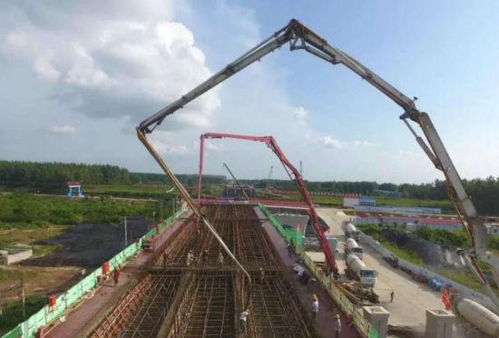 中铁四局阜阳泉河承建的全国首座无上塔柱横梁独塔双跨自锚式悬索桥施工现场。