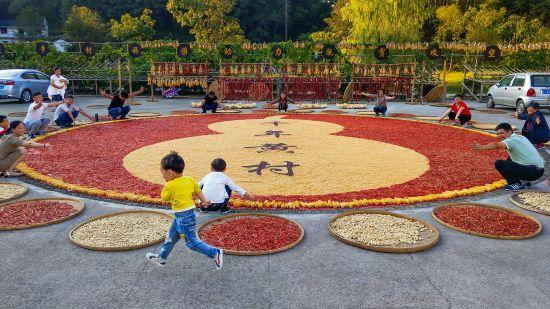 游客在黄村体验晒秋文化