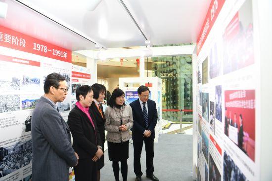 香港特区政府驻上海经济贸易办事处主任邓仲敏(右二)带领众嘉宾参观展览。