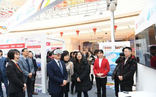 """香港特区政府驻上海经济贸易办事处主任邓仲敏(右五)与众嘉宾在虚拟实境体验区进行""""香港一日游""""。"""