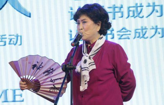 """23日,""""界首读书会""""周年活动现场,刘兰芳表演评书《康熙买马》。"""